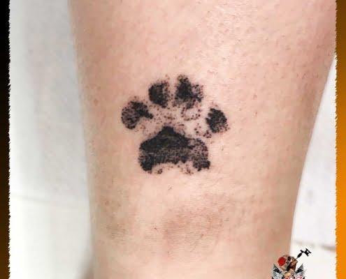 Tatuaje para mujer, tatuaje pequeño, tatuaje micro,tatuaje en la pierna, tatuaje realista huella perro